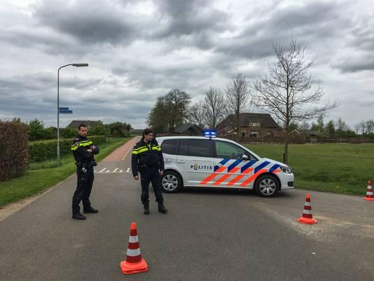 De politie heeft de omgeving afgezet na de vondst van het explosief.
