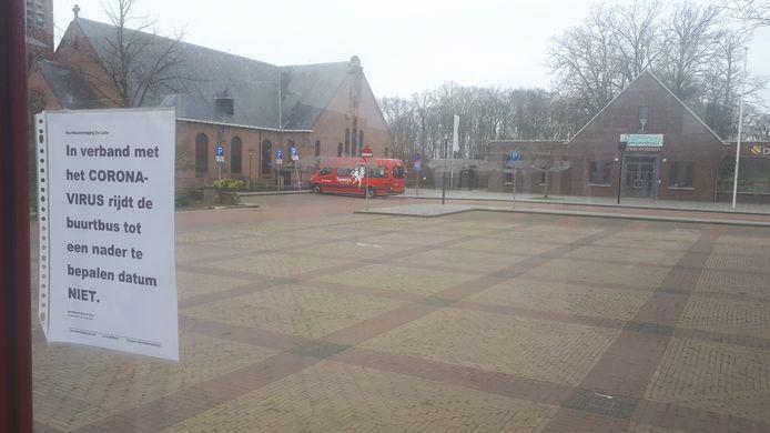 Waar de collega's in Weerselo en Denekamp wel weer op pad gaan, blijft de buurtbus van De Lutte nog even geparkeerd staan. 'Met een lege bus rijden, heeft nu geen enkel nut.'