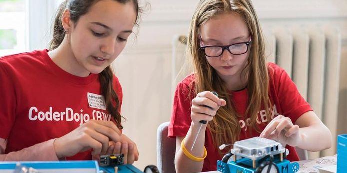 Meisjes en jongens leren programmeren, websites maken, apps en spelletjes ontwikkelen.
