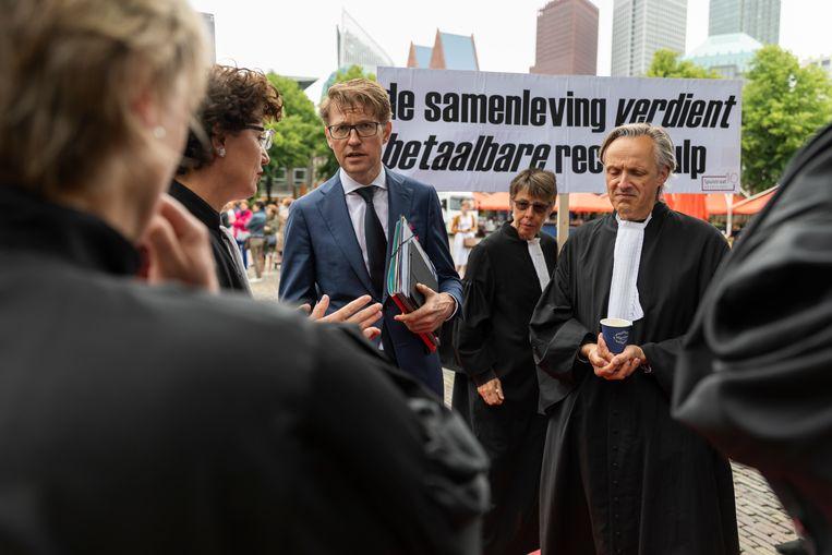 Sander Dekker (minister voor Rechtsbescherming in het kabinet-Rutte III) bij protest van advocaten in Den Haag. Beeld Hollandse Hoogte / Laurens van Putten