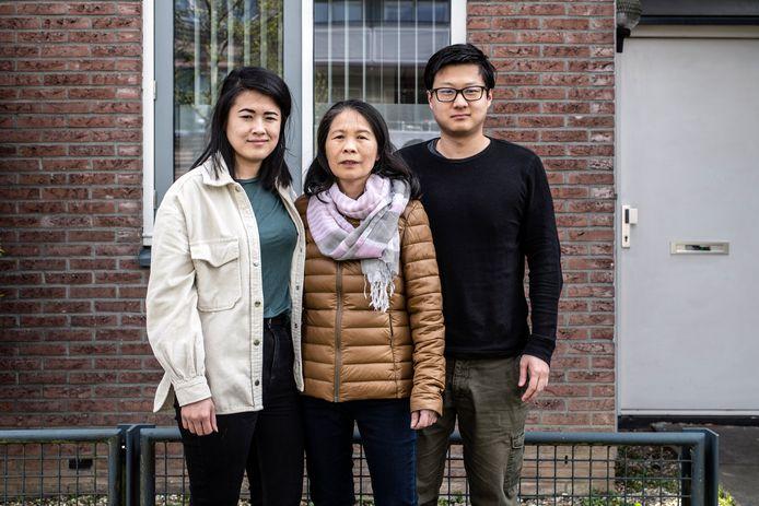 Het gezin van Chun Xian Chen (midden) uit China heeft geen Nederlands paspoort. Hier samen met haar dochter Zhao Jing (l) en zoon Hai Rong voor hun woning in Nijmegen-Lent