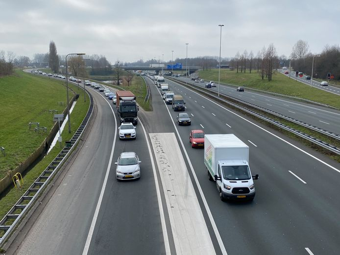 File op A4 bij Rijswijk doordat een auto zijn lading verliest.