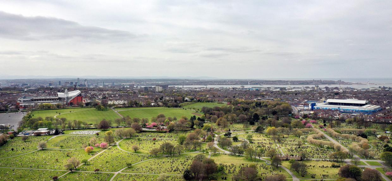 De stadions van Liverpool (links) en Everton (rechts) in de Britse havenstad Liverpool.