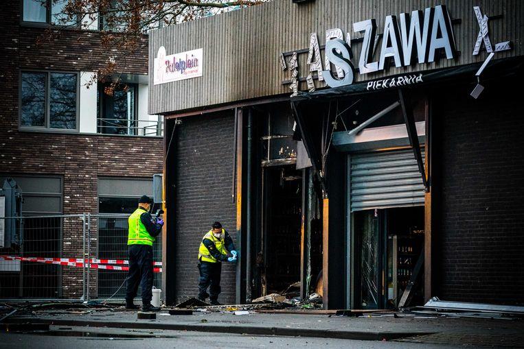 Politie doet onderzoek nadat een explosie is afgegaan bij een Poolse supermarkt in Tilburg.  Beeld ANP