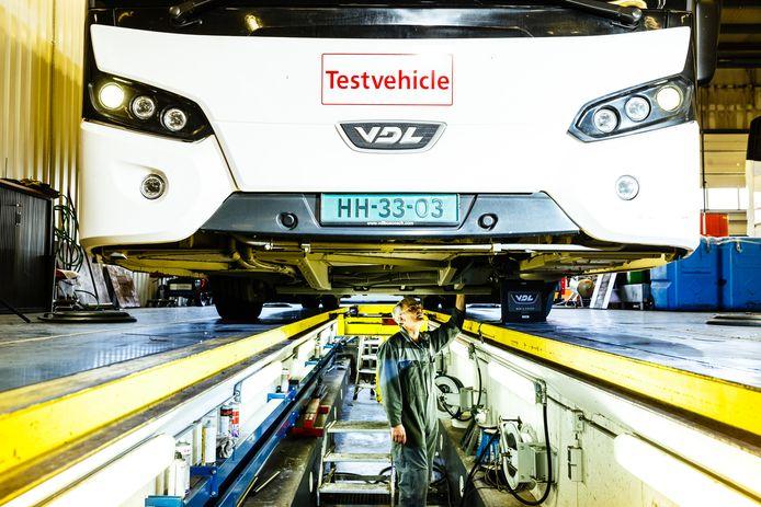 Onderhoud aan bussen bij VDL in Valkenswaard.
