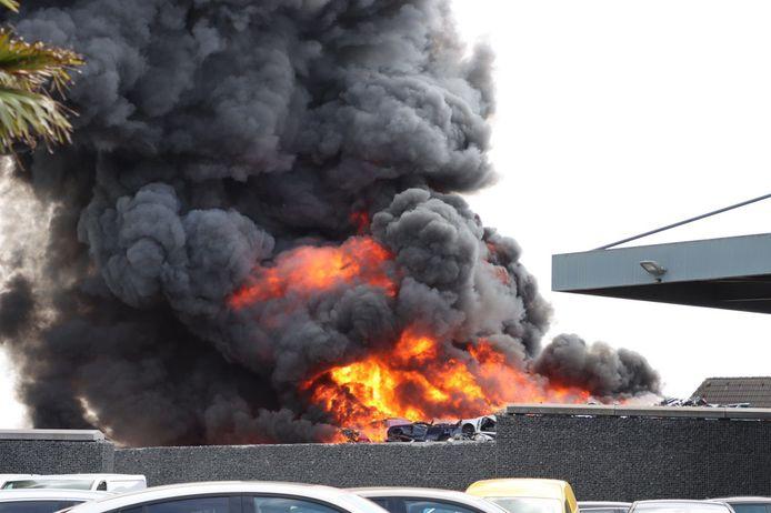 De brand veroorzaakt erg veel rook. De rookpluim is in de wijde omgeving te zien.