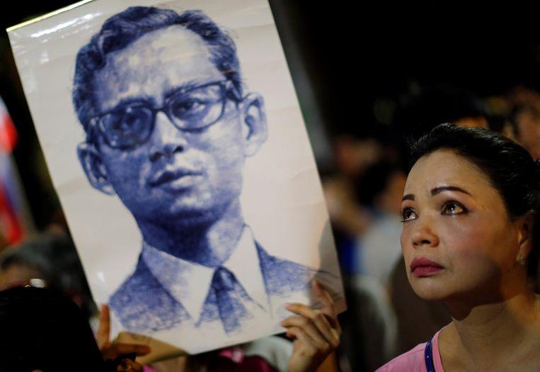 Honderden mensen zaten de afgelopen dagen voor het ziekenhuis te bidden voor koning Bhumibol. Beeld REUTERS