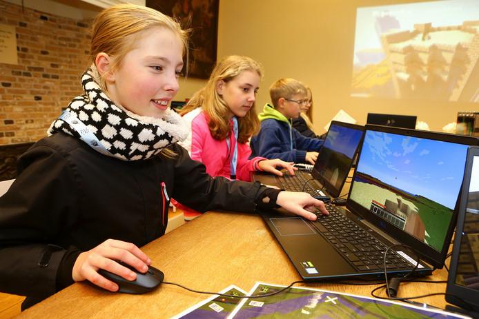 Nora en Wies spelen Loevestein-Minecraft in het slot in Poederoijen.