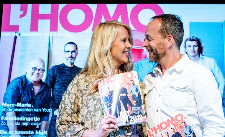 Linda de Mol en hoofdredacteur Iebele van der Meulen tijdens de presentatie van de tiende editie van L'Homo.  Beeld ANP Kippa