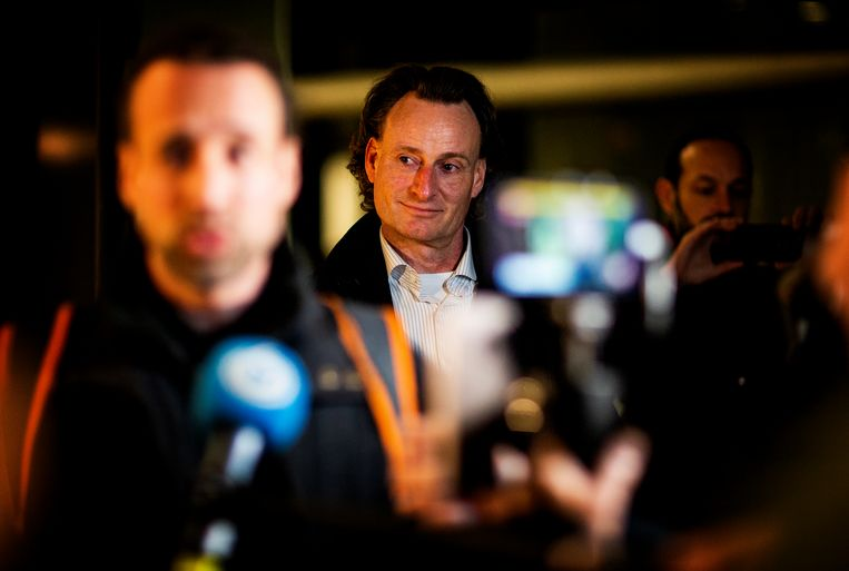Willem Engel (links) en jurist Jeroen Pols (midden) staan de media te woord. Dinsdag hebben ze het hof vergeefs gewraakt wegens vooringenomenheid.  Beeld Guus Schoonewille