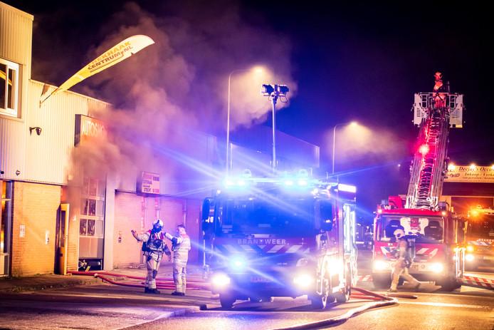 Een autobrand  in een garage in Overvecht veroorzaakte een grote rookontwikkeling.