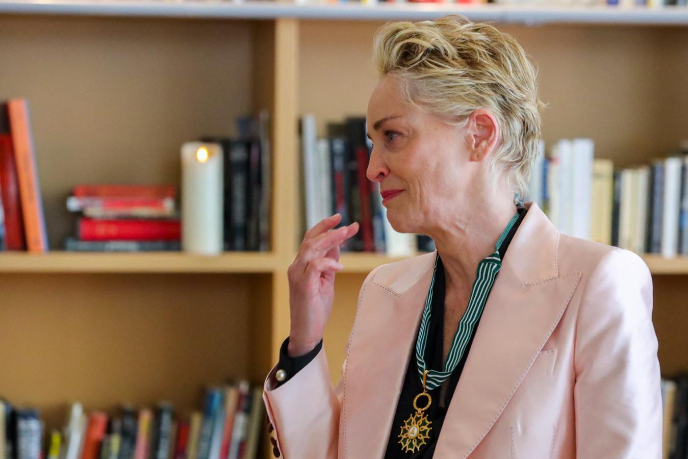 L'actrice américaine Sharon Stone reçoit les insignes de Commandeur de l'Ordre des Arts et des Lettres en marge de la 74ème édition du Festival de Cannes.