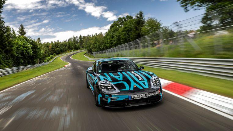 Porsche Taycan op de Nordschleife van de Nürburgring.