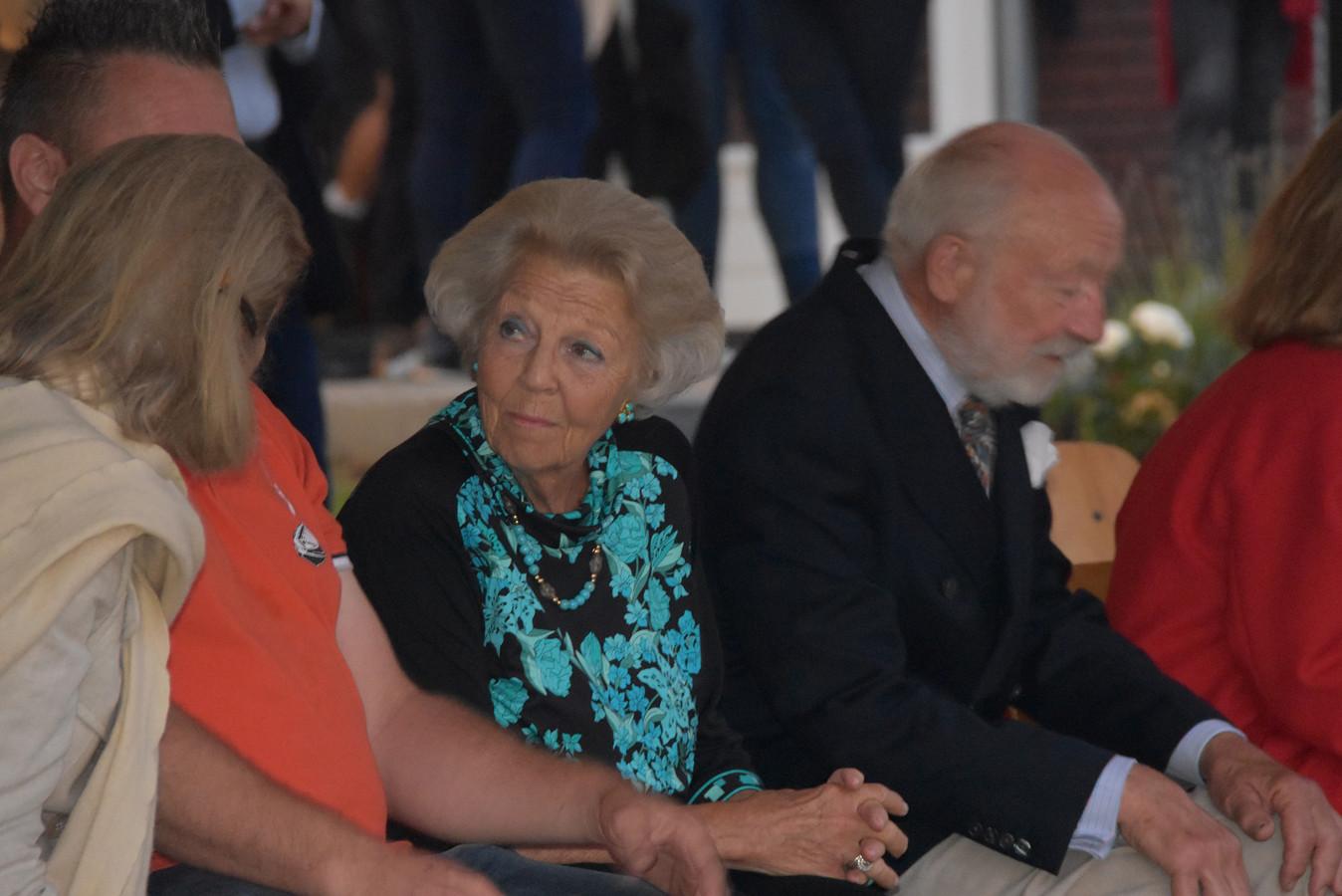 Beatrix eregast in Belt-Schutsloot.