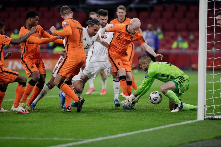 Een illustratief beeld voor Nederland-Letland: een scrimmage voor het Letse doel, waarbij Davy Klaassen de bal niet achter keeper Roberts Ozols krijgt. Beeld AP