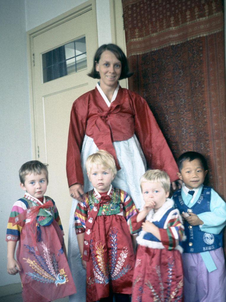 Mulder als kind in Koreaans kostuum (derde van rechts) met haar inmiddels overleden moeder. Rechts van haar staat haar geadopteerde broer. Beeld