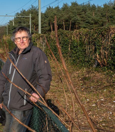 Gerrit uit Wezep krijgt prikkers en zakken om afval op te ruimen dat gratis naar de gemeente mag
