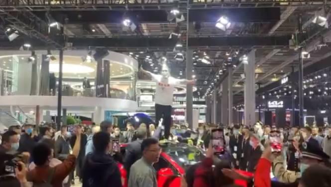 Boze Tesla-rijdster verstoort autoshow in Shanghai