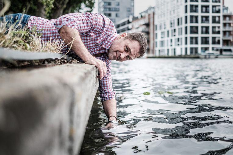 Dirk Pauwels van Zero Plastic Rivers probeert de Schelde plasticvrij te krijgen. 'Rivieren zijn de laatste verdedigingslinie tegen plasticsoep.' Beeld Bob Van Mol
