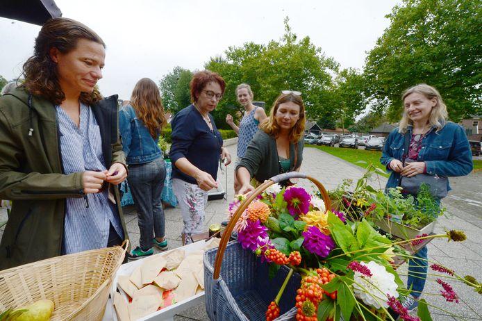 Plantjes, stekjes, bloemen en jam. Het ging allemaal van hand tot hand tijdens de groene ruilmarkt in Borne.
