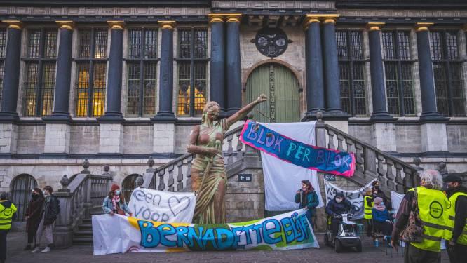 Actiegroep Bernadettewijk protesteert voor een leeg stadhuis