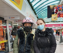 Natasha en Jennifer Corssmit in winkelcentrum Hoge Vucht in Breda.
