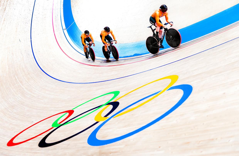 V.l.n.r.: Jeffrey Hoogland, Harrie Lavreysen en Roy van den Berg op weg naar goud.  Beeld Klaas Jan van der Weij / de Volkskrant