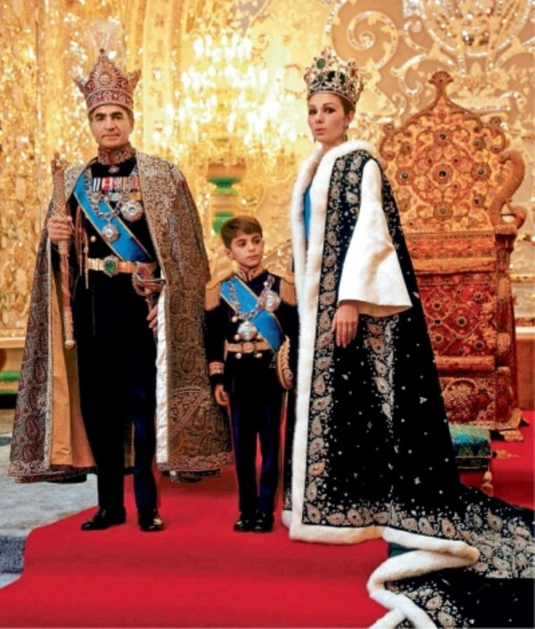 Sjah Mohammed Reza Pahlavi met vrouw en zoon Reza voor de Iraanse troon: 'Misschien sprak de koning soms te sterk en te luid over het Westen. Misschien hadden we wat discreter moeten zijn' Beeld
