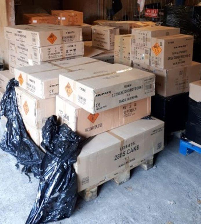 Zo trof de politie de partij van 2660 kilo illegaal vuurwerk aan in een loods aan de Groenelaan in het buitengebied van Enschede.