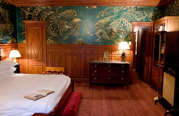 De gerenoveerde kamer in L'Hôtel met behang met pauwen, Wildes lievelingsdieren.  Beeld rv