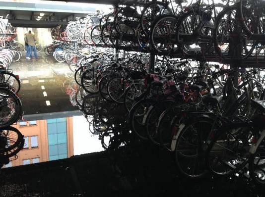 Donkere stallingen aan de achterzijde van het station Den Bosch