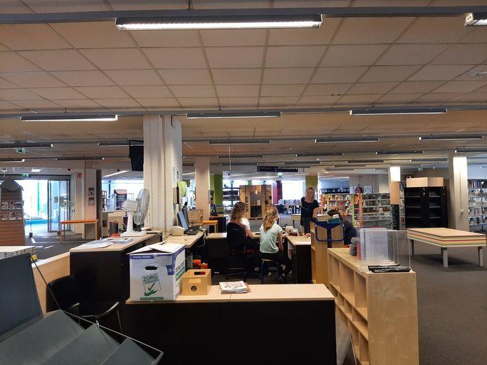 De laatste dag van de bibliotheek aan de Oostwal in Goes. Veel tafels en kasten zijn al leeg. Ook achter de balie is het opruimen begonnen.