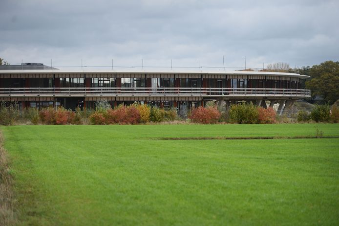 De ruwbouw van het zorghotel is al voor driekwart klaar. Bouwbedrijf Bramer hervat voorzichtig de bouw en maakt het complex nu vooral wind- en waterdicht.