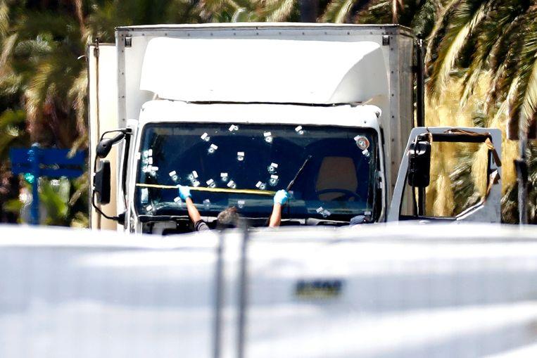 De vrachtwagen waarmee Mohamed Lahouaiej Bouhel 86 mensen doodreed op de Promenade des Anglais in Nice, op 14 juli 2016.   Beeld EPA