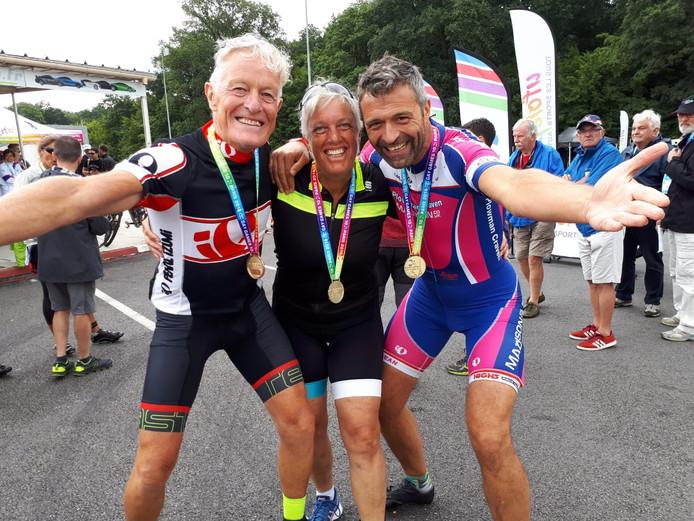 Drie keer goud in de individuele tijdrit: Isbrand (links) en Leon met tussen hun in Tanja Lith uit Amsterdam.  Eigen foto