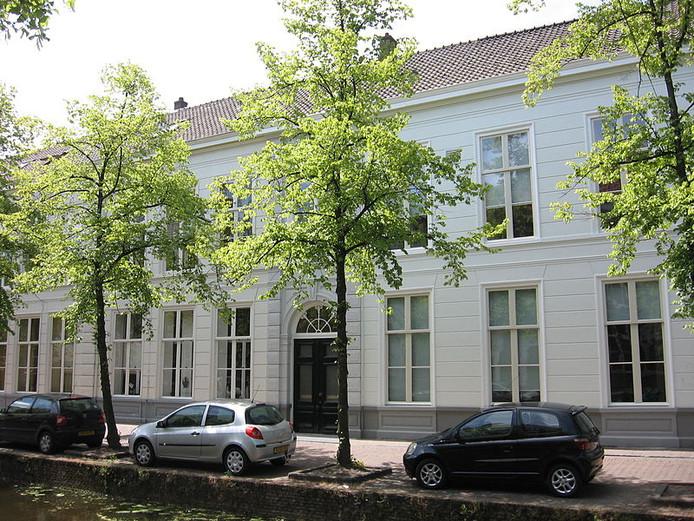 Het lange witte gebouw aan de Oude Delft.