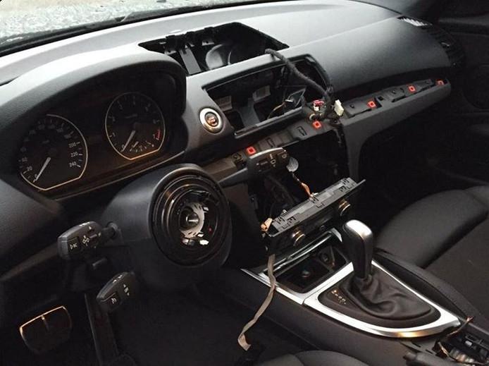Uit deze auto werd het volledige stuur mét airbag weggenomen, evenals het ingebouwde navigatiesysteem in de middenconsole.