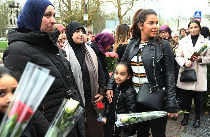 Inwoners van Vianen leggen bloemen voor de overleden Roos.