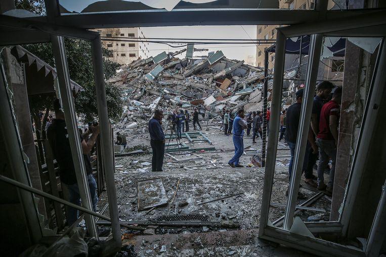 De overblijfselen van de Al-Jalaa-toren die zaterdag werd verwoest door een Israëlische raket. Beeld EPA