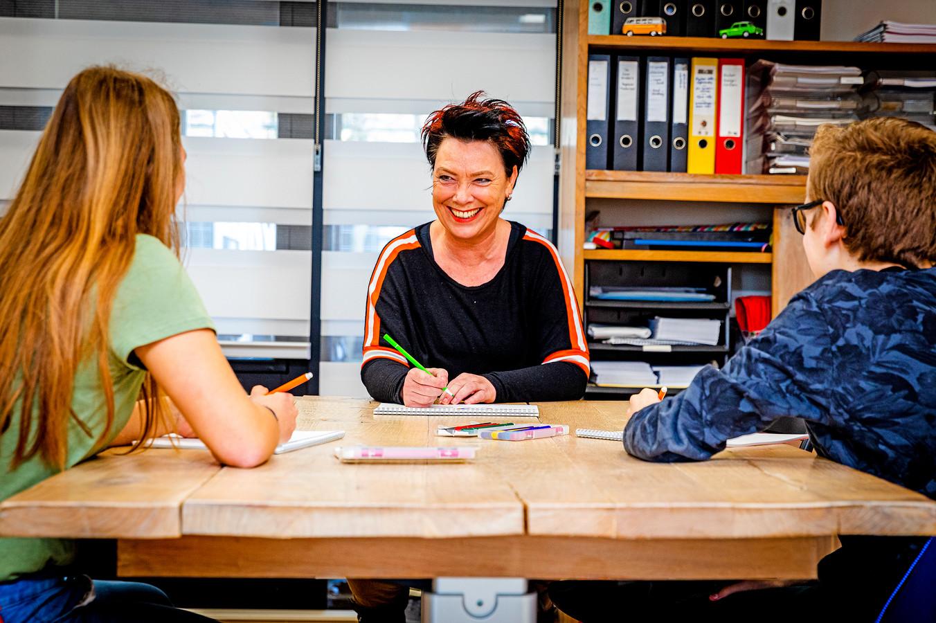 Gedragsspecialist Jolanda Verboom in gesprek met Charity  en Thijmen. ,,Ik erger me mateloos dat alleen maar gesproken wordt over leerachterstanden.''