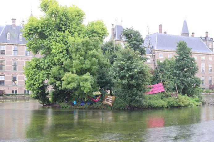 Klimaatactivisten van Extinction Rebellion hebben het eilandje in de Hofvijver 'bezet'.
