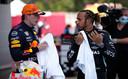 Max Verstappen (l) in gesprek met Lewis Hamilton.