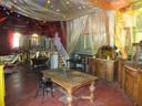 Een paradijs voor kinderen met gouden borden, muren en meubelen.