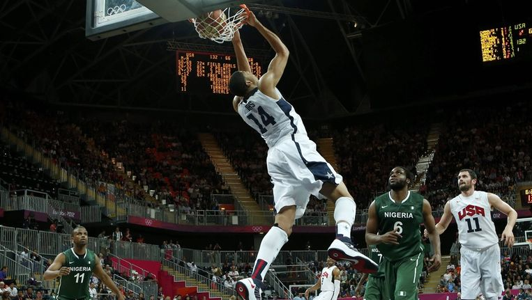 Het is voor de Amerikaanse basketballers prijsschieten tegen de Nigerianen. Beeld reuters