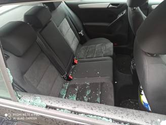 GSM-lader uit wagen gestolen
