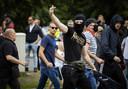 Demonstranten onderweg naar Den Haag CS waar ze de confrontatie met de politie zoeken.