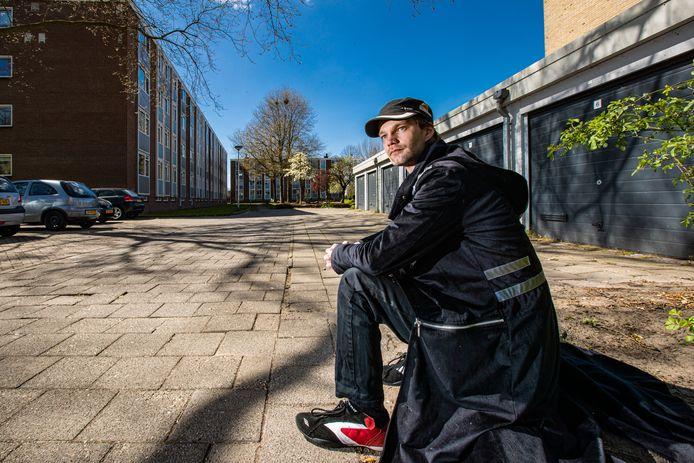 Peter Doekes kreeg door een woonproject van Humanitas en Woonbedrijf Ieder1 zijn leven op de rit. Hij juicht wonen in opgeknapte garageboxen toe.