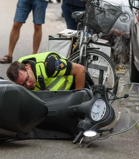 Scooter geschept door auto in Etten-Leur