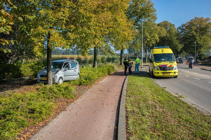 Auto raakt van de weg in Wouw en botst tegen een boom.
