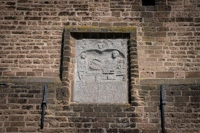 De gevelsteen in Dodewaard is een kopie, het uit Dodewaard verdwenen origineel hangt in Leiden.